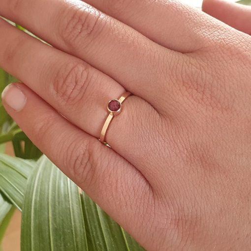 Roodgouden ring met Rubelliet